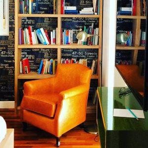 Estante de livros com papel de parede no  fundo